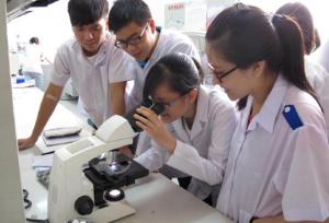 Sinh viên thực hành tại phòng thí nghiệm của trường